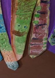 """Details aus Ton in Plattentechnik Kunstprojekt """"Friedensreich Hundertwasser in Sichtigvor"""" (St. Margaretha Grundschule) Landesprogramm Kultur und Schule"""